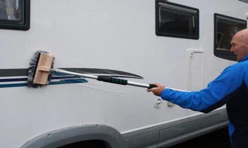 zwarte strepen caravan of camper schoonmaken